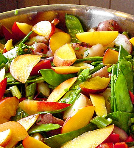 En eller ett par matiga sallader hör alla fester till. Den här potatissalladen passar till såväl det grillade som ett par skivor skinka eller rostbiff. I potatissalladen vänder du ner alla primörer. Råa morötter, sockerärter eller ätliga blommor som krasse. Ta även med frukt i form av nektariner eller jordgubbar.