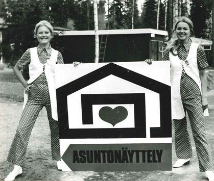 Asuntonäyttelyemännät Tuusulassa vuonna 1970 ensimmäisillä Asuntomessuilla.