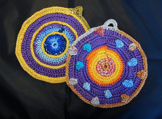Conjunto de 2 pegas em crochet forradas a tecido by Tricksland
