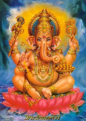 Ganesh, maître des obstacles                                                   Ganesh, également connu sous le nom de Ganapati, est le dieu le plus populaire de l'Inde.   Les parents de Ganesh sont Parvatî et Shiva. Plusieurs histoires coexistent quant à sa naissance, voici la plus connue (version du Shiva-Pûrana) :