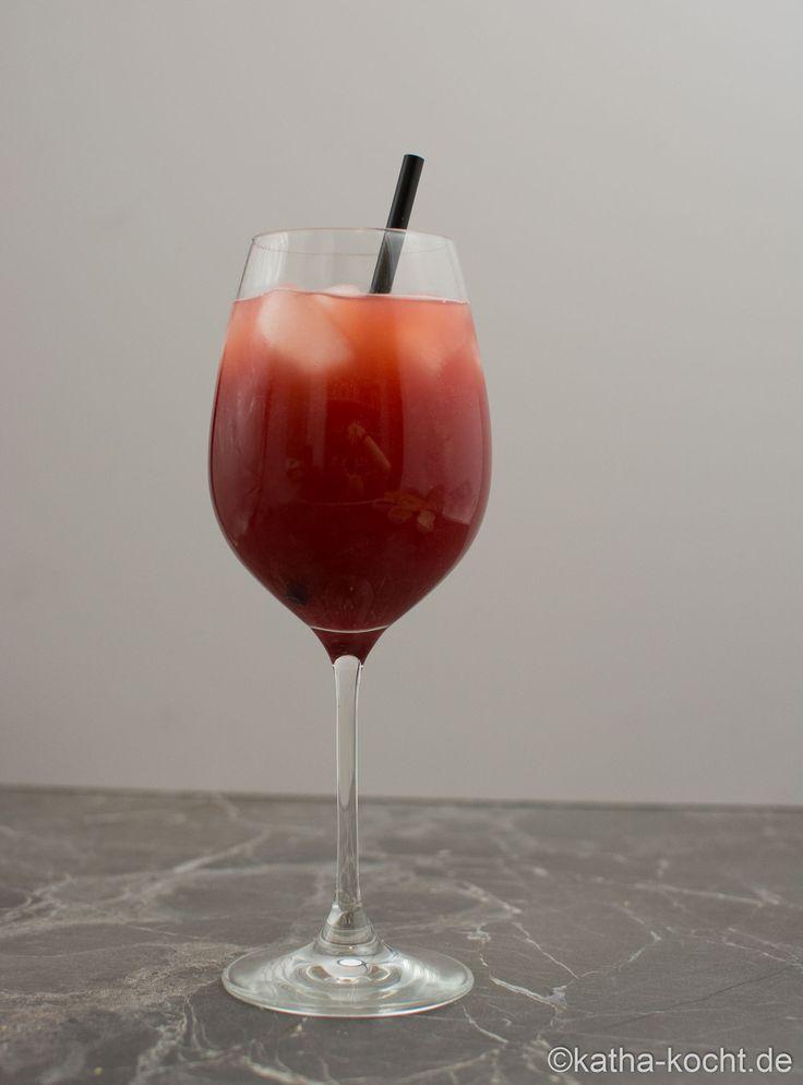 Prickelnder Amarena Kirsch Cocktail