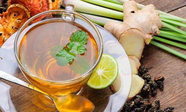 Te medicinal milagroso con canela, cúrcuma, miel, jengibre y aceite de coco.