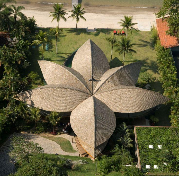 Conheça a casa sustentável em forma de folha em Angra dos Reis - RJ: http://sustentarqui.com.br/construcao/3-casas-brasileiras-sustentaveis/ Projeto: Mareines + Patalano Arquitetura Fotos: Leonardo Finotti  #arquiteturasustentavel #arquitetura #sustentabilidade