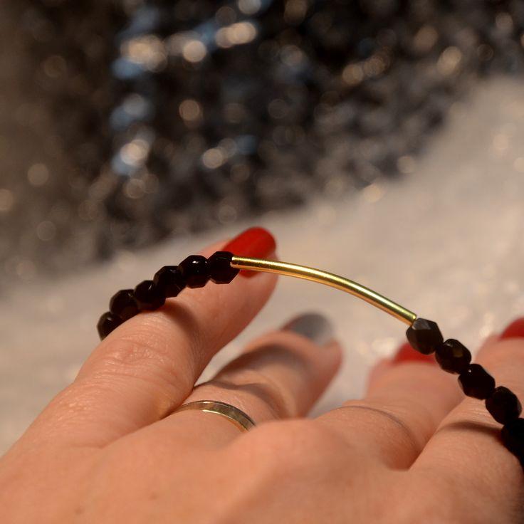 Jemný náramek se zlatým komponentem na karabinkové zapínání. Více na www.prochazkastylem.cz Nice black bracelet with gold component.