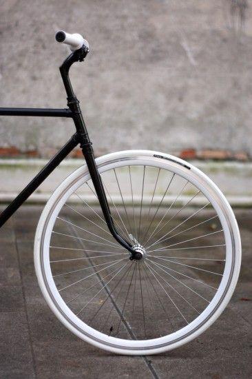 Deze fiets geïnspireerd op de jaren 70. Bij deze fiets zijn alle details weggelaten, geen draden, remmen of een bel. Ook de kleur leid niet af van het ontwerp. Ook zitten er geen rare kronkels in het stalen frame. De geometrische vormen staan voorop.