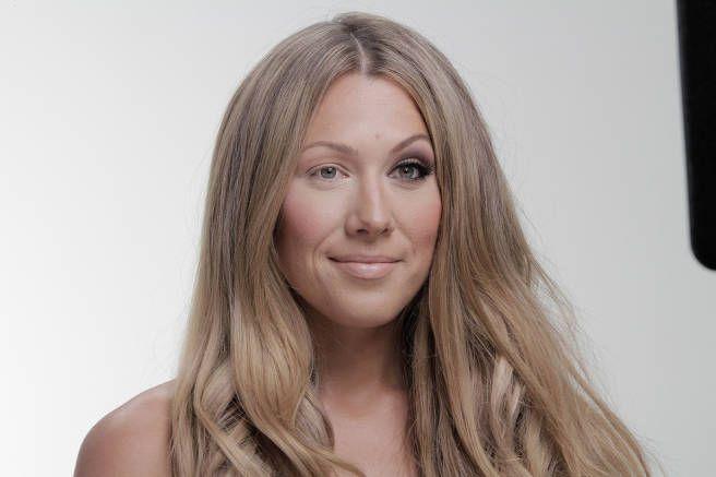 De flesta kvinnor försöker idag att förbättra sitt utseende så mycket de bara kan med smink- och hårprodukter. Hon var trött på det och hennes nya video gör hon något åt det.