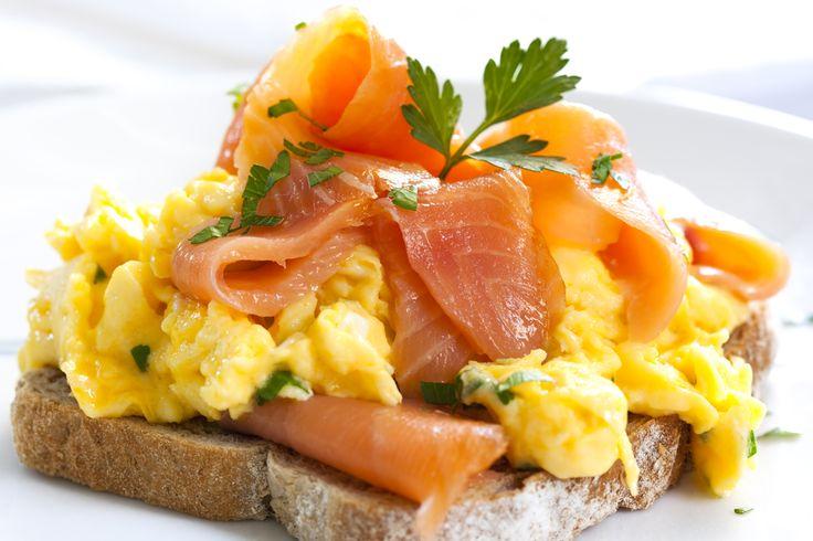 Préparation : 1.Faites griller les tranches de pain de mie au grille-pain. Découpez le saumon fumé en lanière. Battez les œufs, salez et poivrez. 2. Faites chauffer le beurre dans une poêle et fai…
