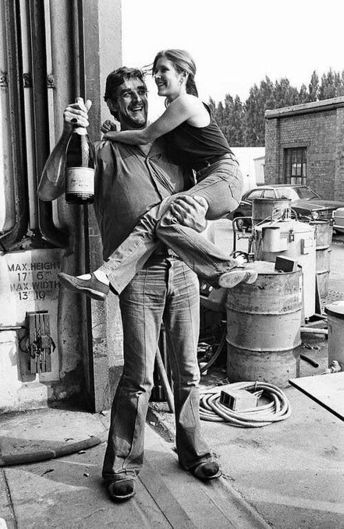 Peter Mayhew Carrie Fischer And A Bottle Of Vine 1980 S Oldschoolcool Peter Mayhew Carrie Fisher Star Wars Memes