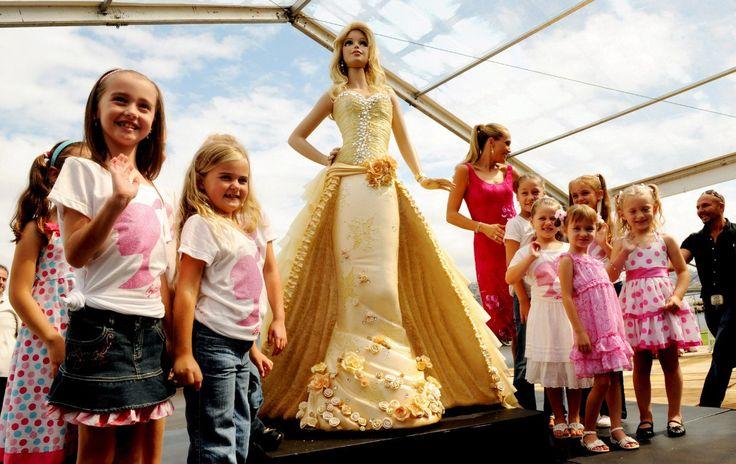 Этот 1200-килограммовый шоколадный торт создан на ограниченном издании 2х метровой куклы Barbie от MATTEL в 2009 году в г. Сидней, Австралия, в честь 50-летия некогда самой популярной и узнаваемой куклы в мире. Шедевральное угощение было изготовлено шеф-поваром Жаном-Мишелем Рейном и его помощниками, покрыто золотой глазурью и украшено кристаллами Сваровски в количестве 2000 штук. Корсет и золотистый шёлк, надо заметить, к торту отношения не имеют. Torsten BLACKWOOD PHOTO