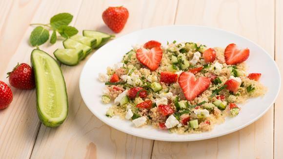 Der ist ja herzallerliebst: Herziger Couscous-Salat. Mit Erdbeeren und Minze bekommt das Grieß eine besonders frische Note.