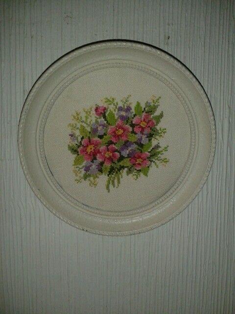flores bordadas a punto de cruz sobre linoby a dos hilos
