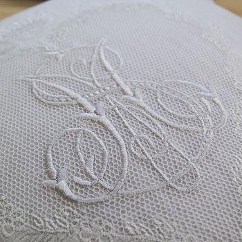 Embroidered monogram  (podloga: vez koji oponaša uzorak tila)