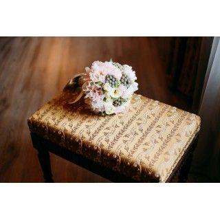 Букет невесты в составе которого пионы, кустовые розы, розы, бруния.