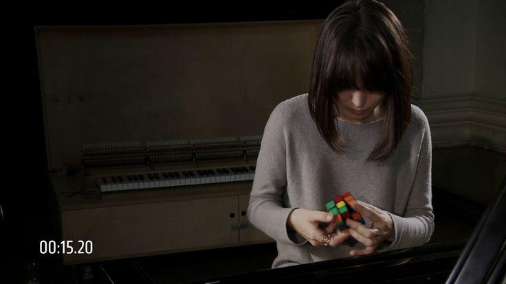 Alice Sara Ott solves a Rubik's Cube in under a minute!