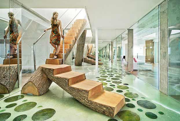 Scala di legno per interni con un tronco di albero