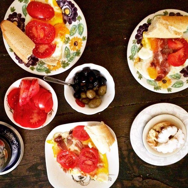 Скромный итальянский завтрак на троих: яичница с прошутто, помидорами и оливками #italy #breakfast #proscuitto #eggs #tomatoes #olives #olive #italian #chease #likeforlike #followme
