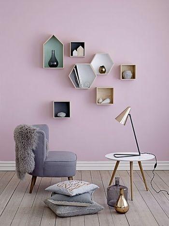 光の当たり方によってピンクにも見えそうな絶妙なパープル。家具や小物は極力シンプルに、さりげなく同系色を取り入れるとおしゃれにまとまりますね。