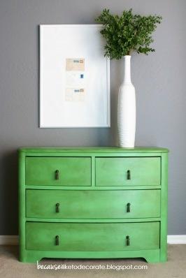 Zielona komódka, wystylizowana farbą Antibes Green by Annie Sloan na tle współczesnej szarości i bieli.