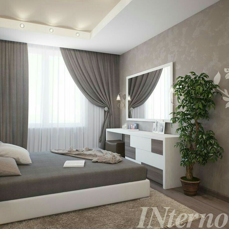Понравилось: Приятное сочетание цветов. Светлый потолок. Дублирование цветов: основание кровати, тумбочка под зеркалом, потолок. Не понравилось: наличие ковра.