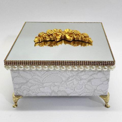 Linda caixa com espelho. Toda forrada em renda. #casamento #caixa…