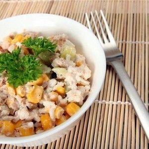 Добавьте в измельченную рыбу лук, натертый на мелкой терке, и перемешайте.
