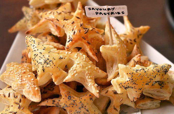 Hartige kerstkoekjes: feestelijke bladerdeeghapjes