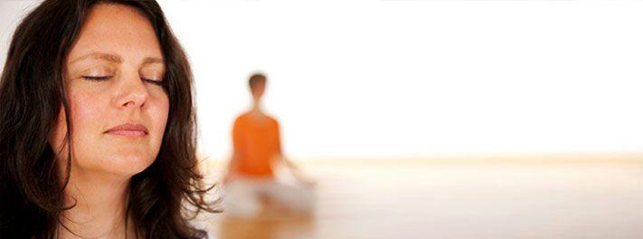 Art of Living: in hun cursus Art of Breathing leer je stress oplossen met ademtechnieken, eenvoudige principes uit oude geschriften, yoga en de kunst van het mediteren. Kortom ... ontspanning voor lichaam en geest.