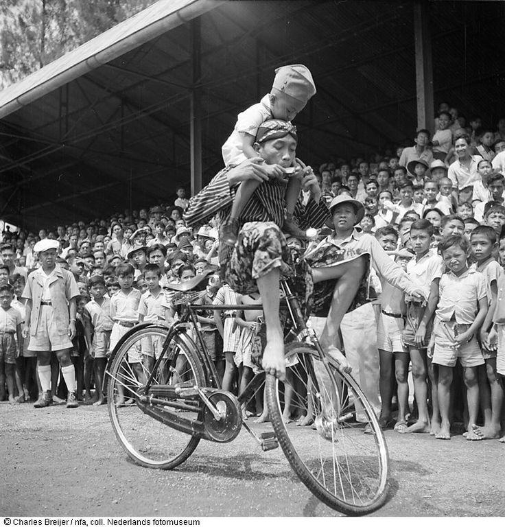 Een inheemse fietsacrobaat treedt op in het stadion te Solo, Indonesië (1948)