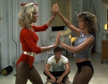 filme Dirty Dancing 1987, Jennifer Gray num body vermelho com cinto dourado.