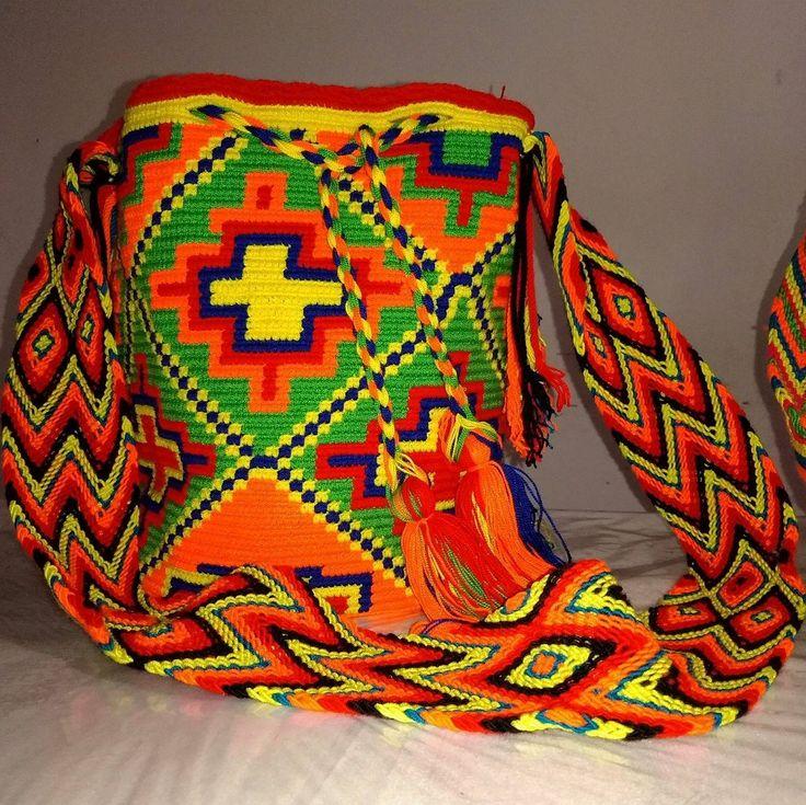 La mochila es una de los objetos que mejor representa a los indígenas, puesto que en esta se plasma parte de su cultura por medio de sus colores vivos y sus figuras geométricas o dibujos como plantas, estrellas, o astros, los cuales representan perfectamente su entorno y creencias, siendo así un objeto de gran valor comercial pero sobre todo con un gran valor sentimental
