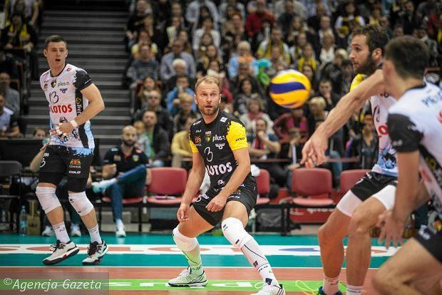 W kolejnym meczu PlusLigi siatkarze Lotosu Trefla Gdańsk po dramatycznym meczu ulegli na wyjeździe Cerradowi Radom 1:3.