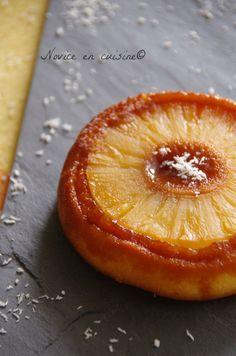 Ingrédients pour 6 gâteaux ananas: Une boite d'ananas en rondelles 100g de farine 85g de sucre 50g de beurre mou 2 oeufs 1/2 sachet de levure Un sachet de sucre vanillé 6 cuillères à soupe de caramel liquide
