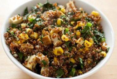 Insalata depurativa con tofu e quinoa Ingredienti - 100 gr di quinoa - 3 cucchiai di mais - 100 gr di tofu - semi di sesamo Preparate subito la quinoa: sciacquatela a lungo sotto l'acqua corrente e poi fatela cuocere in abbondante acqua salata bollente. Lasciatela cuocere per circa 15 minuti e poi scolatela, aggiungete un filo di olio e lasciatela raffreddare. Tagliate a dadini il tofu e aggiungetelo alla quinoa raffreddata: arricchite la vostra insalata con olive nere tagliate a rondelle…