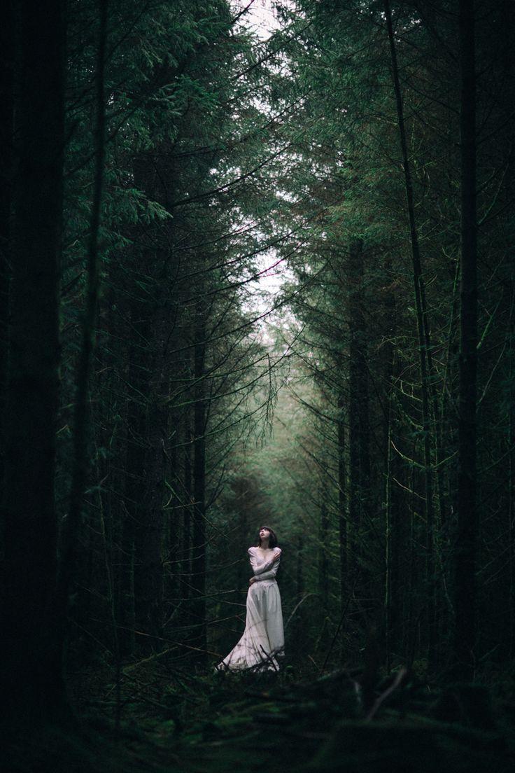 Mujer en la naturaleza, bosque solitario