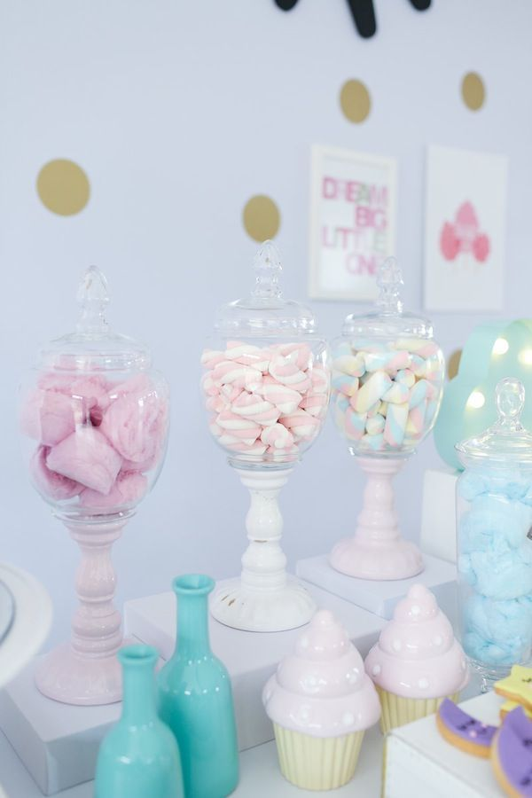 """Candy Bar na festa linda com tema """"Doces sonhos"""", tons pastéis ( candy colos) para o aniversário de 1 ano da Branca, filha da fotógrafa Rejane Wollf. Foto: Bia Soave"""