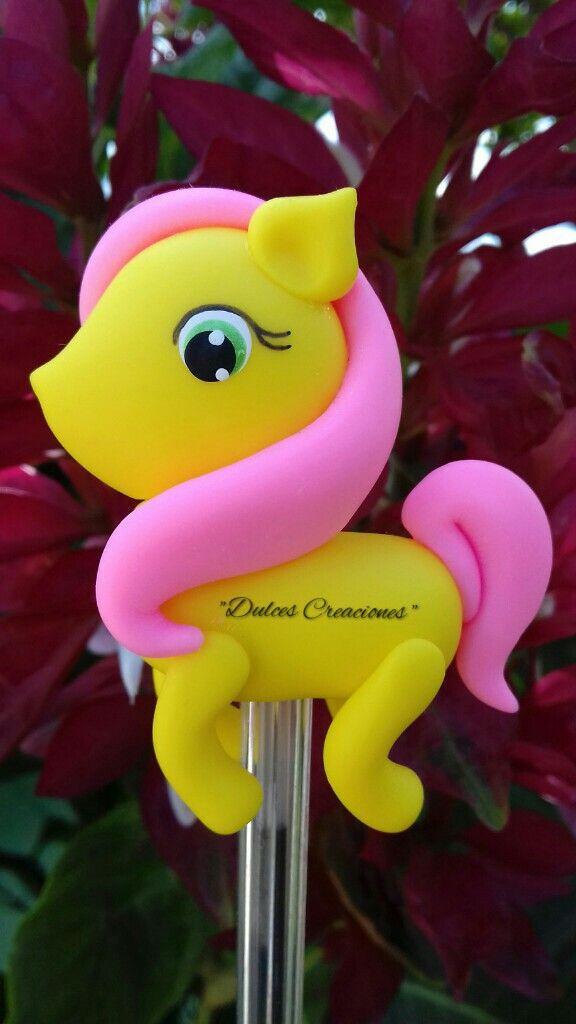 FlutterShy.  My Little Pony. Bolígrafo Decorado.  Pasta Flexible, Porcelana Fría.  Hechas por Mary Reyes De Dulces Creaciones