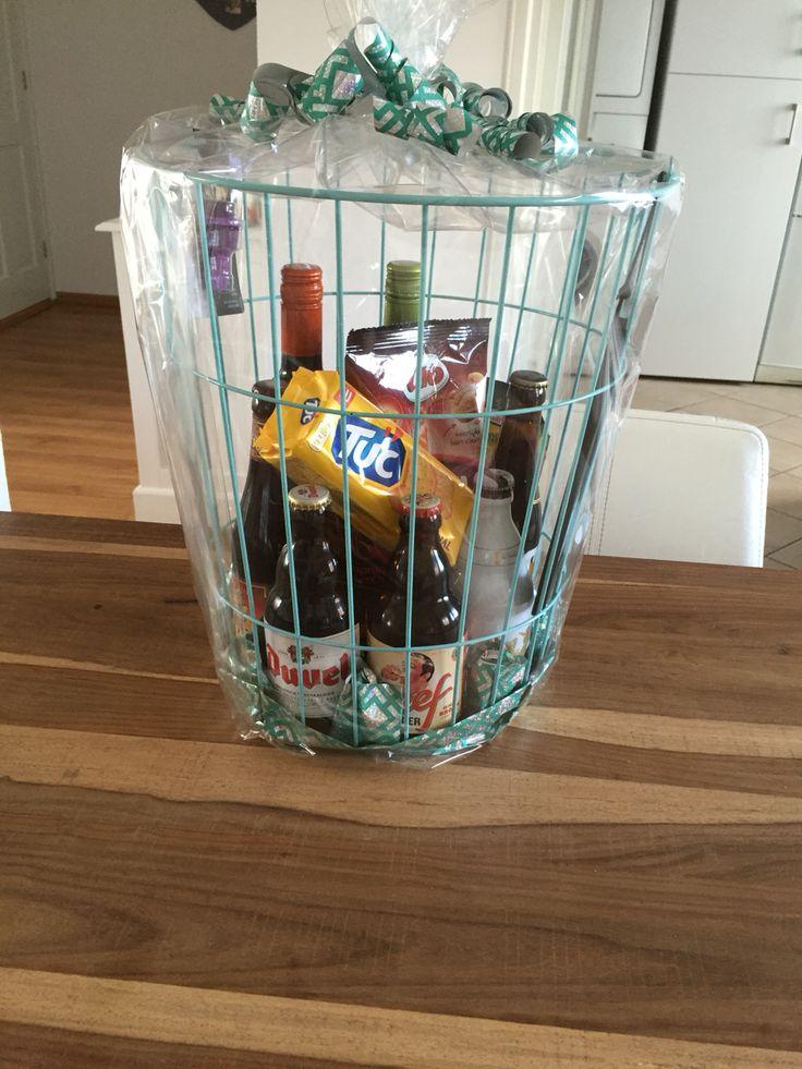 Leuke mand gevuld met speciaal biertjes, wijn en wat lekkers voor bij de borrel!