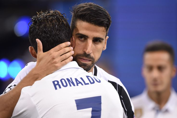 Juventus' German midfielder Sami Khedira (R) celebrates with Real Madrid's Portuguese striker Cristiano Ronaldo after Real Madrid won the UEFA Champions League final football match between Juventus and Real Madrid at The Principality Stadium in Cardiff, south Wales, on June 3, 2017. / AFP PHOTO / Filippo MONTEFORTE