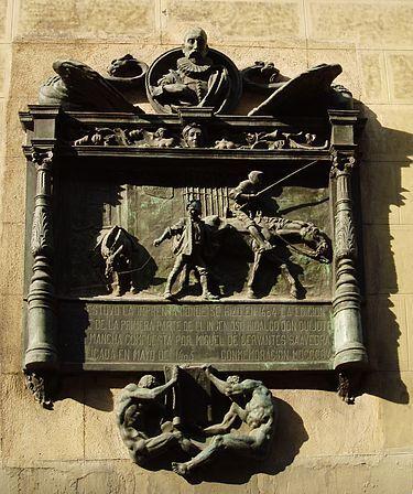 """Placa de Don Quijote de la Mancha en el número 87 de la calle de Atocha de Madrid. Reza: """"Aquí estuvo la imprenta donde se hizo en 1604 la edición príncipe de la primera aprte de El Ingenioso Hidalgo don Quijote de la Mancha""""."""
