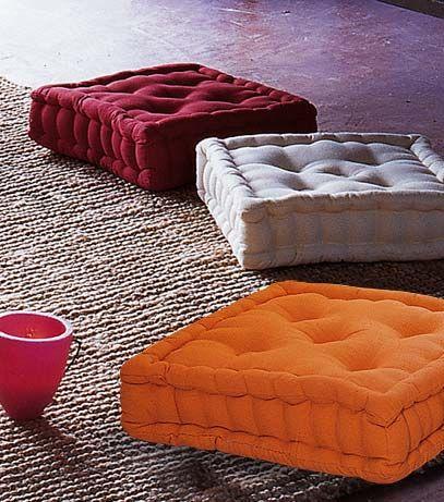 Cojines cuadrados. Pueden usarse en sillas, sobre bancos de madera o para sentar a los pequeños en el suel sobre una alfombra