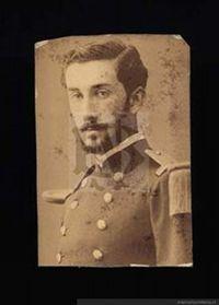 Roberto Aldunate Bascuñán (1859-1881)En 1872 ingresó a la escuela Militar. En 1876 ingresa al ejército como subteniente del Batallón 4° de Línea. Participa en el bombardeo de Antofagasta, desembarco en Pisagua y Dolores. En 1881 asciende a Teniente y es destinado a la Artillería. Luchó heroicamente en Tacna y en la toma del Morro de Arica. Participa y muere heroicamente en la batalla de Chorrillos.
