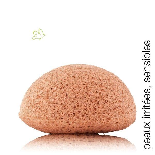 Eponge Konjac à la Camomille - peaux irritées, sensibles, ayant des rougeurs et réactives 100% naturelle, cette éponge moelleuse, composée de fibres végétales de Konjac offre à la peau un nettoyage en profondeur et avec délicatesse.  La Camomille purifie tout en douceur les peaux les plus sensibles et améliore l'élasticité de la peau.  11,95€ #soin #visage #beauté #bio #vegan #naturel #camomille #konjac #eponge #cosmetiques #peau #sensible #douce #nettoyage #sponge www.officina-paris.fr