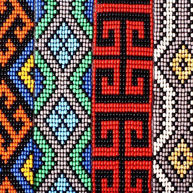 A Tucum recebe pela primeira vez uma coleção de joias Huni Kuin feitas em miçangas, são colares e pulseiras que trazem a toda força dos kenes.  As artes com os Kenes, grafismos tradicionais deste povo, foram feitas pela artesã Maria do Socorro Huni Kuin, com ajuda de suas primas. O Kene Kuin, desenho verdadeiro, é uma marca importante da identidade Huni Kuin. Para eles o desenho é um elemento crucial na beleza das pessoas e das coisas. O estilo do kene kuin contém uma variedade de motivos…