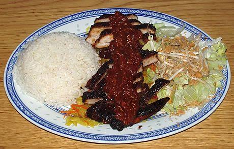 Babi Pangang met Babi Pangang saus op een bedje van atjar tjampoer geserveerd met witte rijst en een salade van ijsbergsla, taugé en seroendeng. Bereid door de Happy Chief Cook.