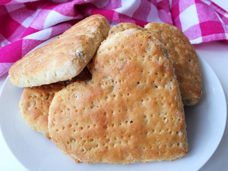Söta och underbart goda hjärtformade bröd. Överraska dina nära och kära med nybakade glutenfria hjärtbröd till frukost på alla hjärtans dag eller någon annan gång när du vill visa lite...