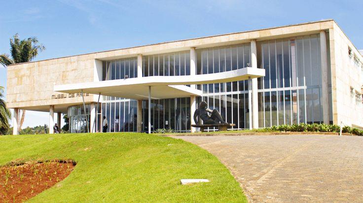 O Museu de Arte da Pampulha foi um cassino, nos tempos em que o jogo era permitido. É parte do Conjunto Arquitetônico da Pampulha, que é Patrimônio Mundial pela Unesco. É um dos famosos pontos turísticos de Belo Horizonte.