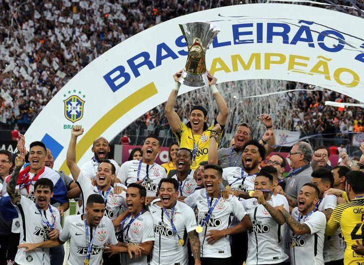 26 de novembro - Jogadores do Corinthians comemoram a conquista do Campeonato Brasileiro após jogo contra o Atlético Mineiro em Itaquera, na zona leste de São Paulo (Foto: Paulo Whitaker/Reuters)