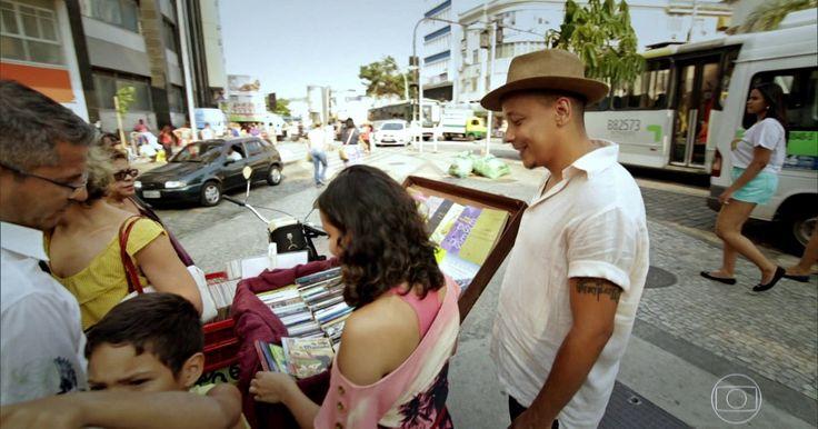 Livreiro usa bicicleta para ganhar a vida em praça da zona norte do Rio