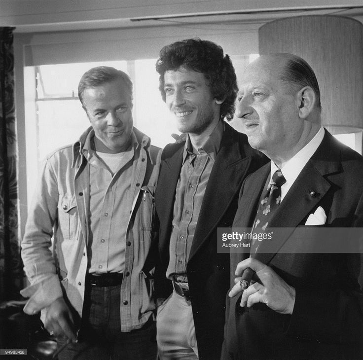 Italian film director Franco Zeffirelli, English actor Robert Powell and British showbusines impresario Sir Lew Grade (1906 - 1998), 1st August 1975. Powell is to star in Grade's production of Zeffirelli's TV mini-series 'Jesus of Nazareth'.