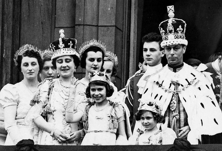 Король  Георг  VI , Елизавета, королева мать ,  их  дочери  и  родственники.